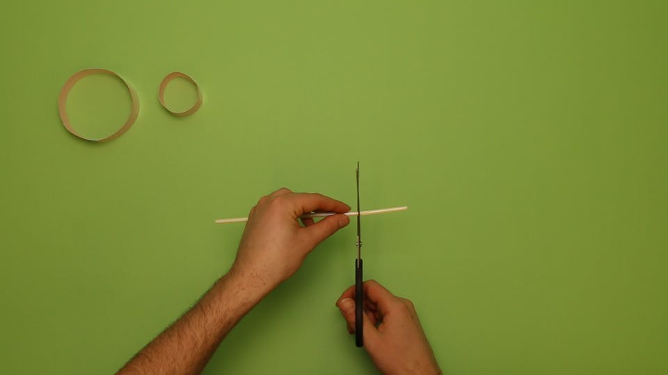 Trim the straw with scissors
